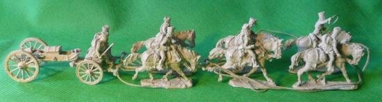 JS72/0627 Train d'artillerie à pied prussien complet (1813-1815), avec 6 chevaux trottant, 3 soldats du Train et 5 artilleurs + 1  obusier de 7 pouces-Preussische Fussartillerie (1813-1815), auf trabenden Pferden, 3 Fussartilleristen auf den Handpferden reitend sowie, 3 Trainsoldaten und 2 Fussartilleristen auf der Protze für die 7-Pfund Haubitze sitzend, 8 figuren, 6 Zugpferde, 1 Protze und eine 7-Pfund-Haubitze